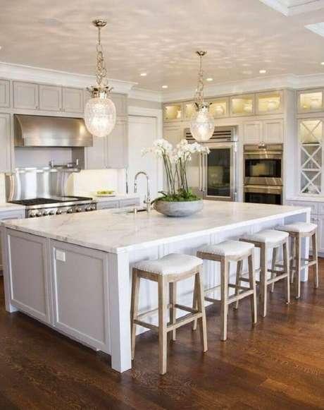 48. Essa cozinha recebeu um modelo de vaso decorativo moderno e simples