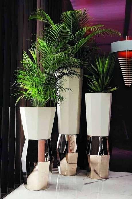 64. Os detalhes metalizados dos vasos decorativos deixaram eles muito mais sofisticados – Foto: Archiexpo