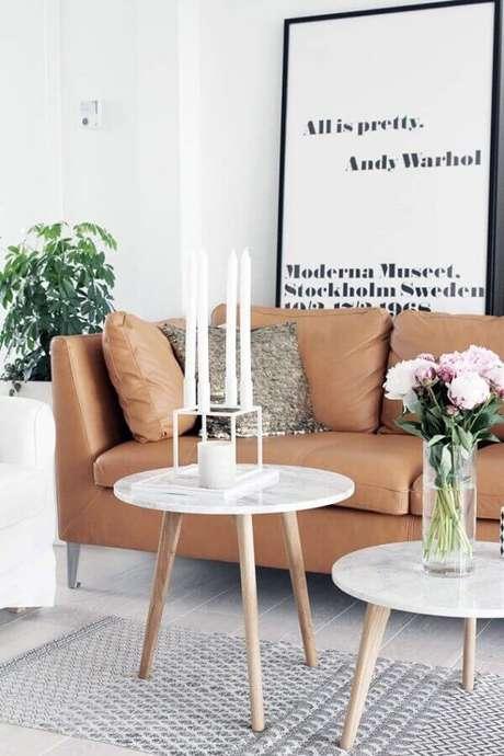 27. Quadros decorativos com frases para sala com sofá de couro e mesa de centro com pé palito – Foto: Casinha Colorida