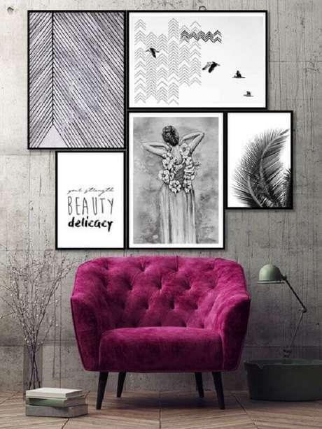 34. Quadros para decoração moderna com parede cinza e poltrona marsala – Foto: Ammo Quadros