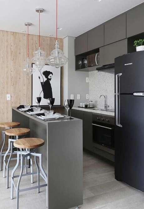 35. Quadros decorativos para cozinha americana pequena com armário cinza e geladeira preta – Foto: Pinterest