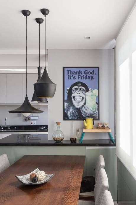 37. Decoração com quadros divertidos para cozinha moderna com pendentes pretos – Foto: Wood Save