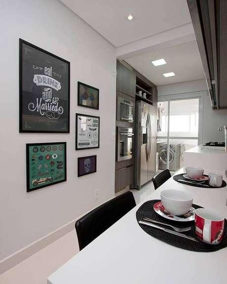 38. Quadros decorativos para cozinha corredor planejada – Foto: Pinterest