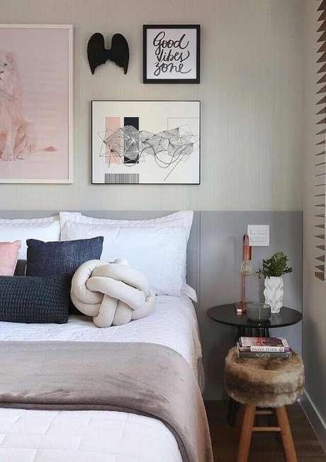 42. Quadros decorativos para quarto cinza e rosa – Foto: Pinterest