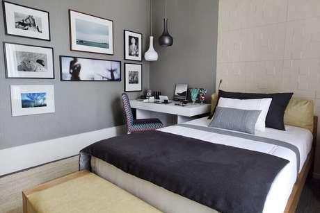 43. Decoração com quadros para quarto neutro cinza e branco com revestimento 3D – Foto: Pinterest
