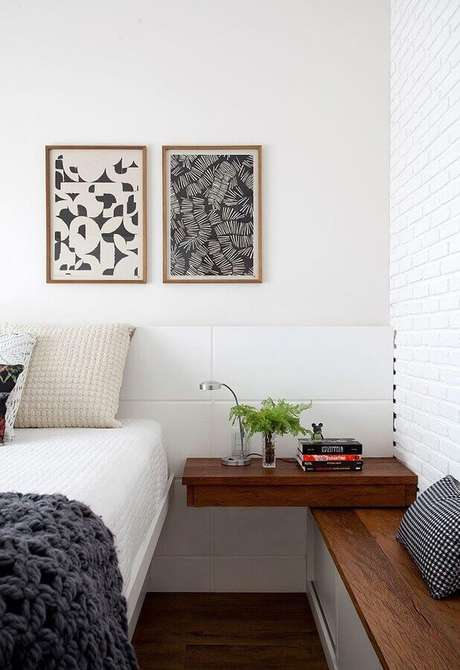 44. Quadros decorativos para quarto com cabeceira branca e criado mudo suspenso de madeira – Foto: Casa da Valentina