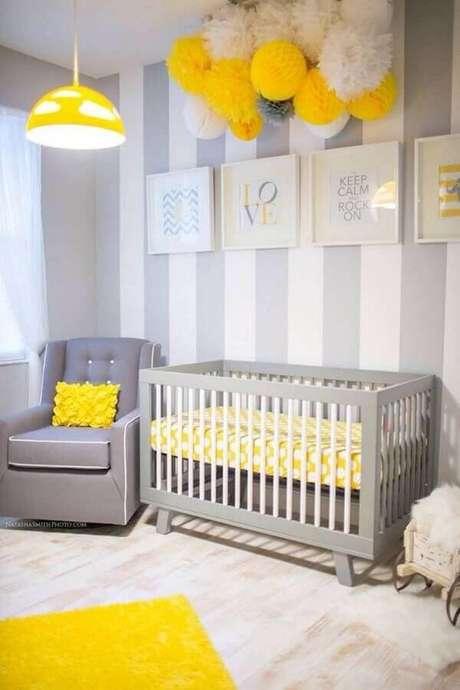 6. Quadros decorativos para quarto de bebê cinza e amarelo com papel de parede listrado – Foto: Ideias Decor Quadros