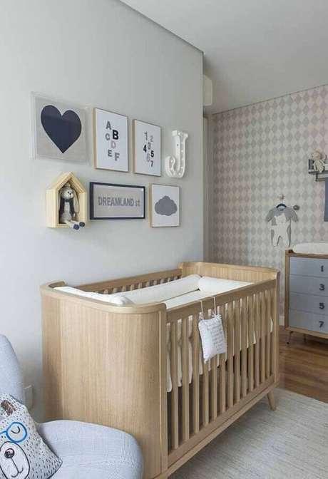 47. Quadros decorativos para quarto de bebê com berço de madeira e papel de parede – Foto: Gestação Bebê