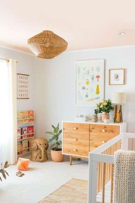 48. Decoração com quadros para quarto de bebê com pendente rústico e cômoda de madeira – Foto: Ideias Decor