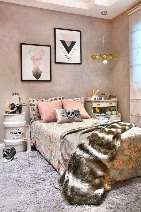 50. Quadros decorativos para quarto feminino com parede de cimento queimado e tonel decorativo – Foto: Pinterest