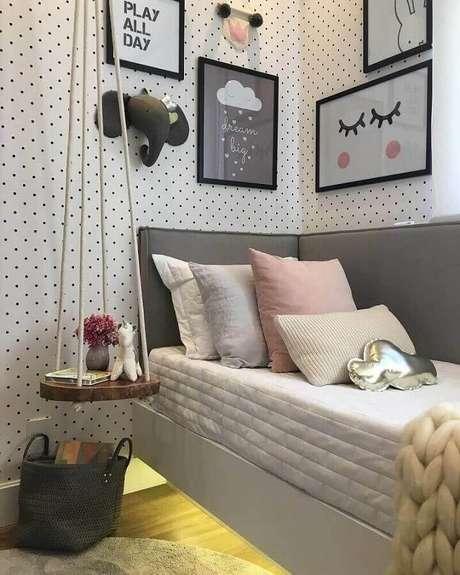 52. Decoração com quadros para quarto moderno de solteiro com papel de parede de bolinhas – Foto: Pinterest