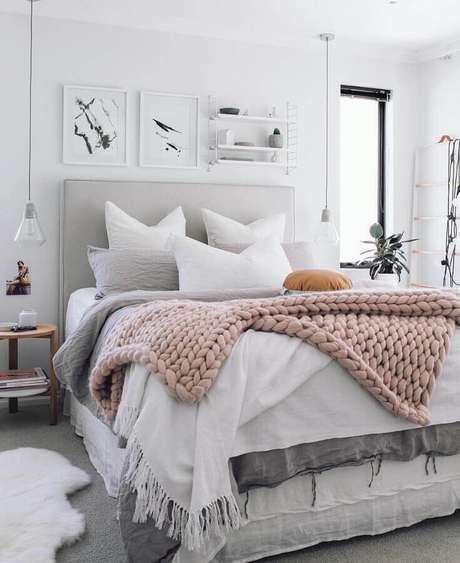 55. Quadros decorativos com moldura branca para quarto com pendente moderno e maxi trico – Foto: Na Dúvida Experimenta