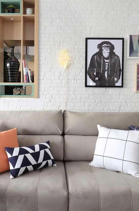56. Quadros decorativos para sala com parede de tijolinho branco – Foto: Wood Save