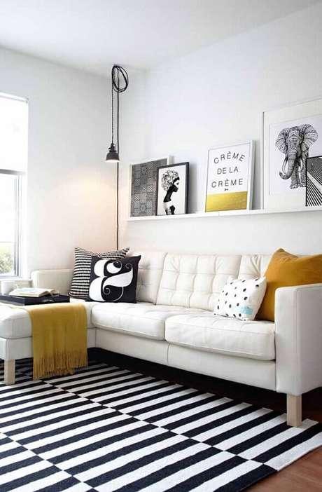 57. Quadros para decoração de sala clean com sofá branco de canto e tapete listrado preto e branco – Foto: Pinterest