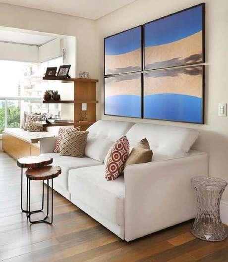 58. Quadros decorativos para sala com sofá branco integrada com varanda – Foto: Pinterest