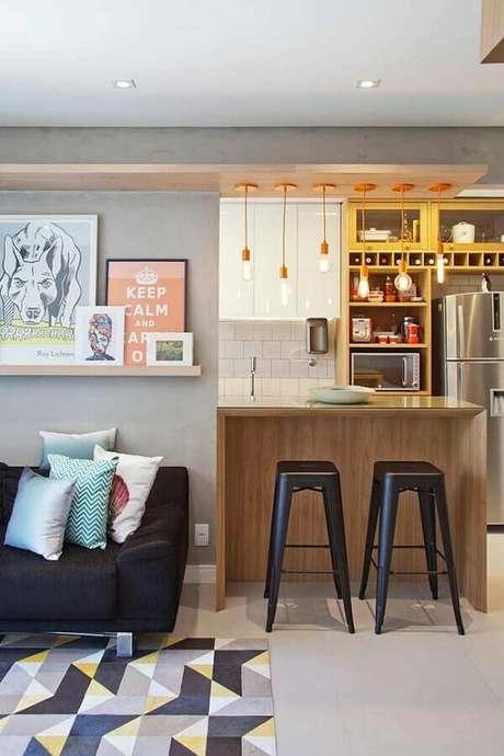 59. Quadros decorativos para sala moderna com sofá preto e pendentes minimalistas – Foto: PKB Arquitetura
