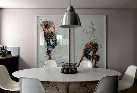 60. Decoração com quadros grandes para sala de jantar clean com mesa redonda – Foto: Detalhes do Céu