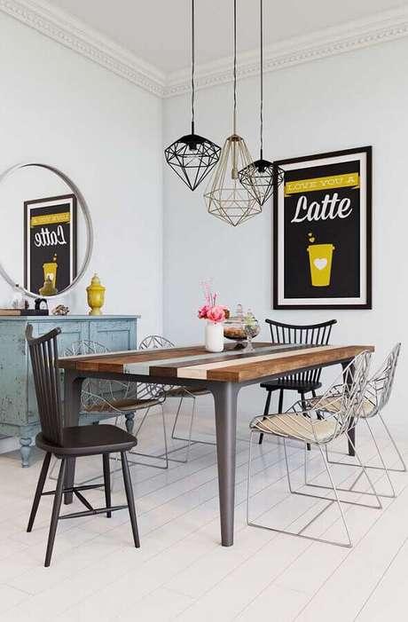 61. Quadros para decoração de sala de jantar com cadeiras diferentes e pendentes aramados – Foto: Pinterest