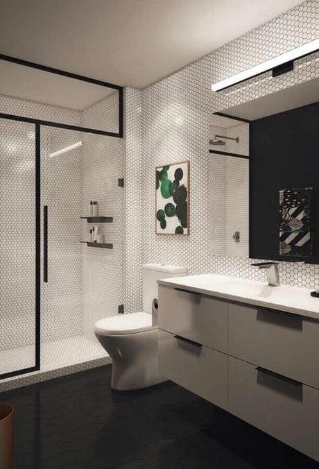 65. Decoração com quadros para banheiro moderno – Foto: Adina Porter