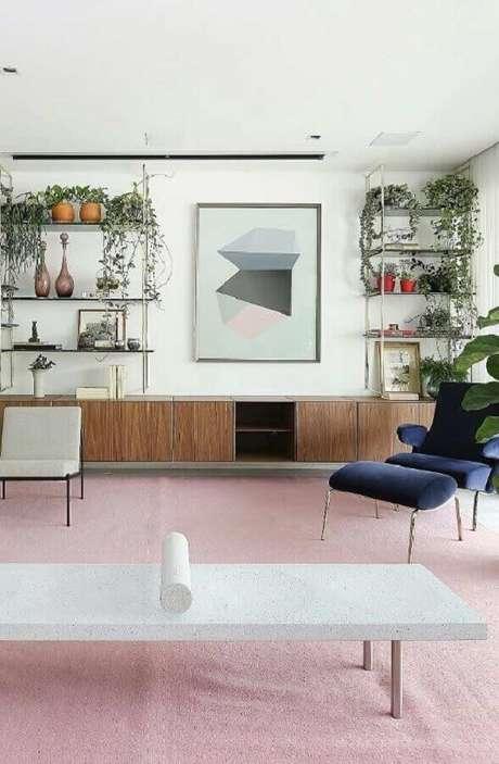 67. Quadros para decoração de sala ampla e moderna com tapete cinza e poltrona azul – Foto: Pinosy