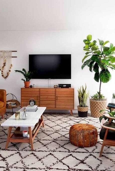 65. Sala de estar decorada com móveis de madeira e vasos decorativos de estilos diferentes – Foto: Pinterest