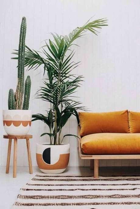 66. Sala decorada com vasos decorativos de cerâmica com pintura – Foto: Ideias Decor