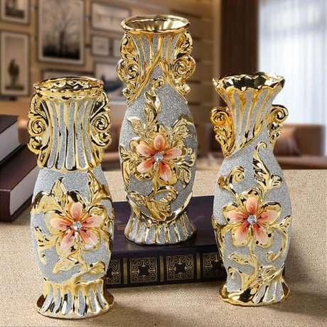 6. Vasos decorativos luxuosos e com detalhes delicados que os deixam super sofisticados para um ambiente com decoração clássica.