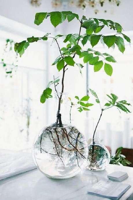 45. O vaso decorativo de vidro garante mais leveza para o ambiente