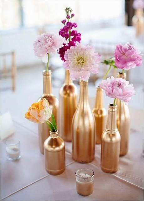 44. Você pode fazer seu próprio vaso decorativo como nesse modelo onde os vasos foram feitos de garrafas