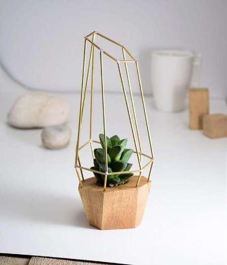 55. Inspiração super delicada e bonita de vaso decorativo com suculenta