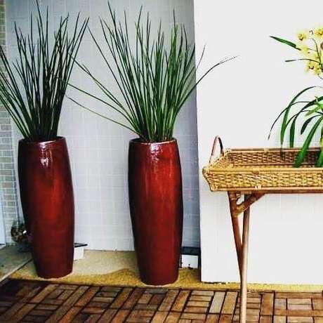 51. O vaso vietnamita vermelho ajuda a destacar a decoração – Por: Pinterest