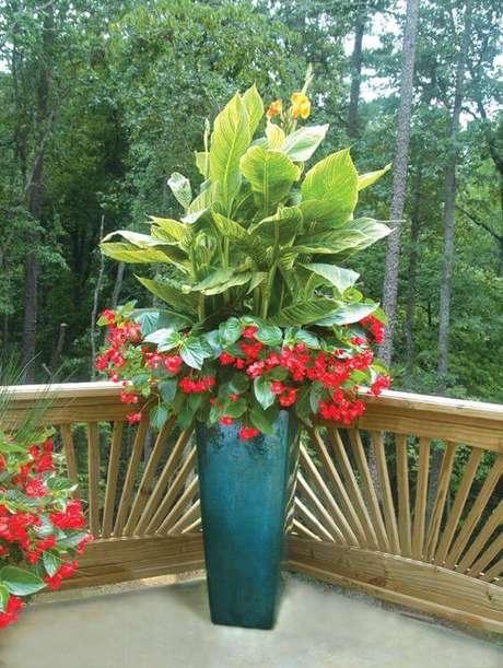 54. Vaso vietnamita azul com flores vermelhas – Por: Pinterest
