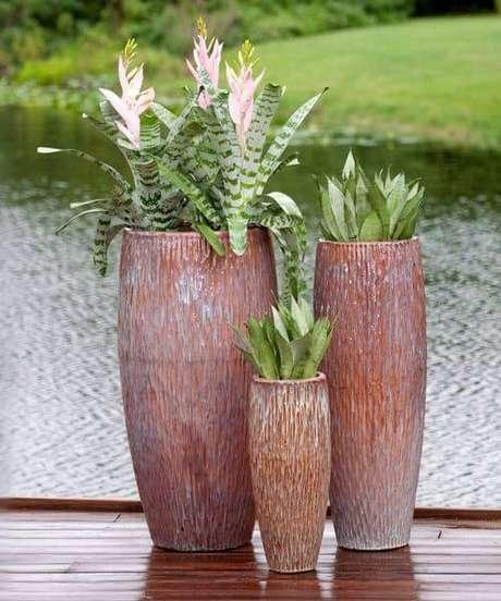 1. Misture os tamanhos de vaso vietnamita para ter uma decoração linda – Por: Por Potery