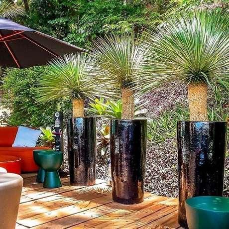 21. Os vasos vietnamitas grandes são maravilhosos para decorar a piscina da sua casa – Por: Instagiz