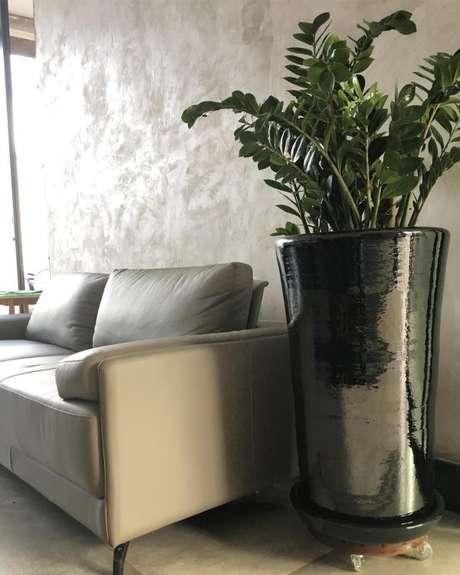 68. O vaso vietnamita preto pode ser moderno e lindo – Por: Formatto Paisagismo
