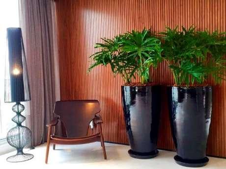 20. Além das cores mais clássicas, o vaso vietnamita preto também pode destacar sua decoração – Por: Pinterest