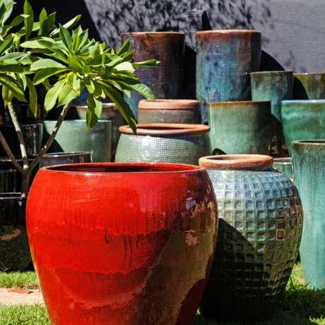 30. As diferentes cores de vaso vietnamita são lindas para usar na decoração de casa e na área externa de casa – Por: Pinterest