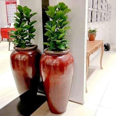 27. O vaso vietnamita original vermelho destaca ainda mais a decoração – Por: Pinterest