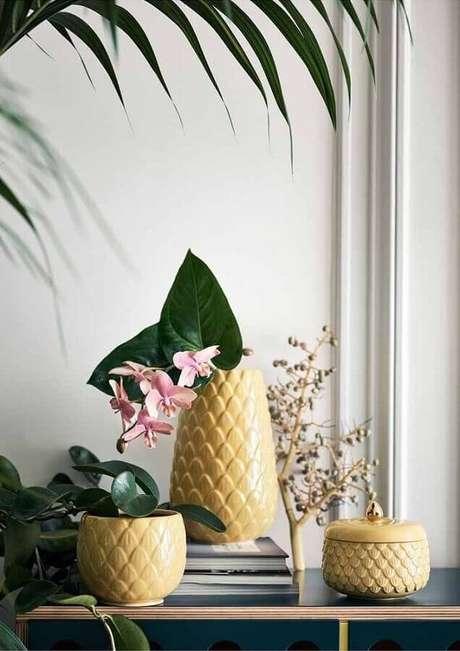 70. Delicado conjunto de vasos decorativos amarelos – Foto: Ideias Decor