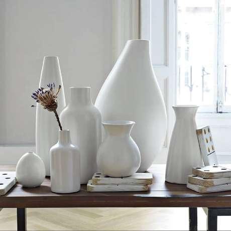 51. A sala pode receber vários vasos decorativos para compor a decoração