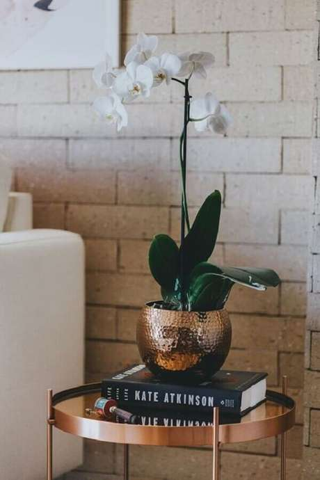 71. Vasos decorativos com acabamento metalizado são ótimos para colocar um toque sofisticado no ambiente – Foto: Decoração de Casa