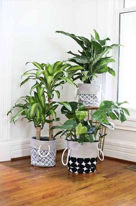69. Cestos também são usados como vasos decorativos e garantem um toque super charmoso na decoração – Foto: At Home With Abby