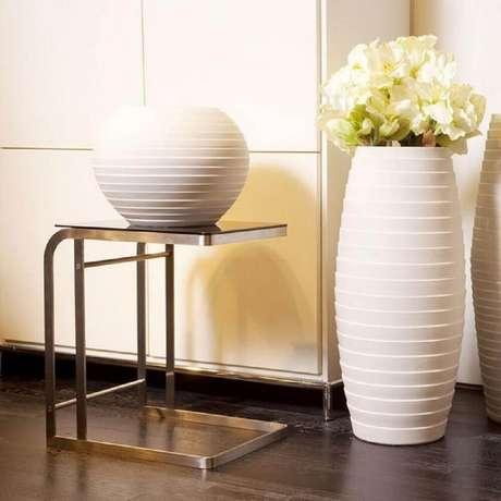53. Delicados modelos de vaso decorativo para sala de tamanhos diferenetes