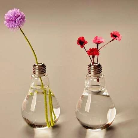 10. Criativos modelos de vasos decorativos para plantas feitos com lâmpadas