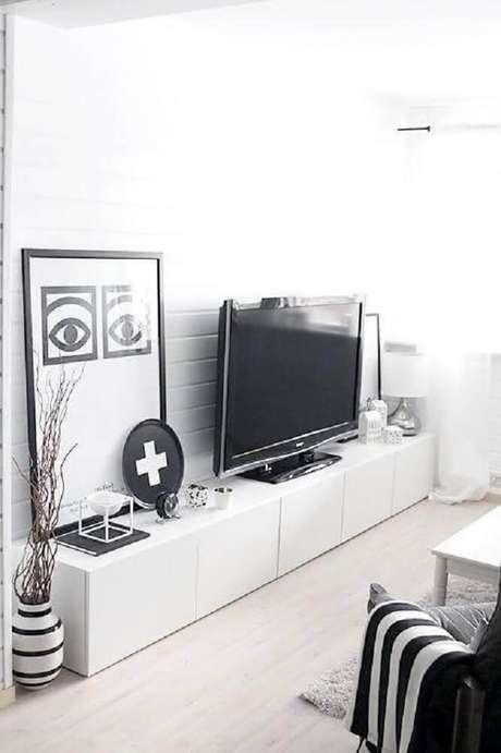 9. Decoração clean e moderna com vasos decorativos para sala.