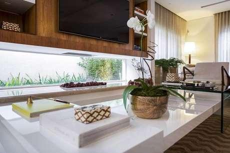33. Sala com vaso decorativo para plantas