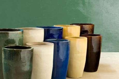 44. Confira as diferentes cores de vasos vietnamitas para sua decoração – Por: Estação Garden