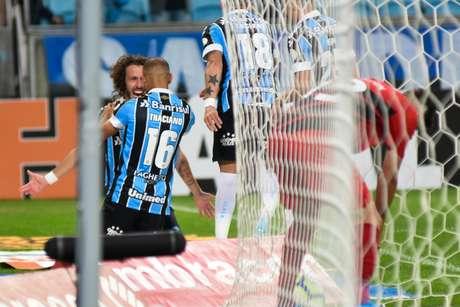 Jogadores do Grêmio comemoram gol