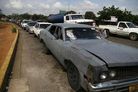 Há filas longas para compra de gasolina