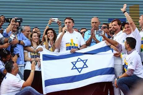 Bolsonaro exibe bandeira de Israel na Marcha para Jesus